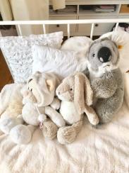 Habt ihr noch Kuscheltiere? Ich habe total viele, aber irgendwo weggeräumt. Diese drei habe ich aber auf meinem Bett, einmal weil sie von der Farbe gut passen, außerdem habe ich diese am liebsten. Die Katze habe ich von meiner Oma, den Hasen irgendwann mal zu Ostern bekommen und den Koala, als meine Schwester geboren wurde. <3